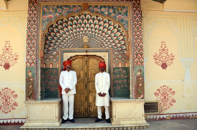 En Jaipur, el City Palace, con sus dos eternos guardianes , dispuestos a dar la bienvenida a los visitantes,en la puerta.