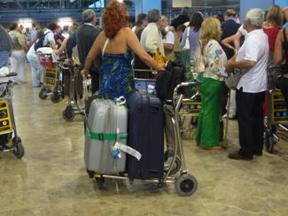 Aena cobrará por el uso de los carritos de los aeropuertos