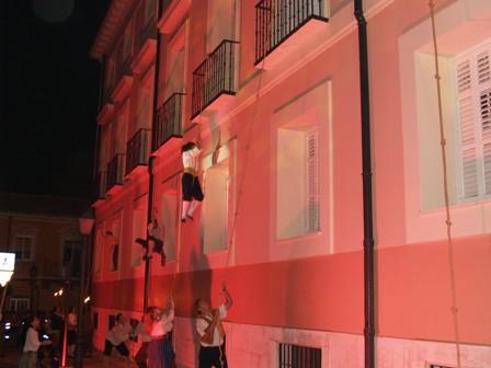 Momento en el que el pueblo asalta el palacio de Godoy en las representaciones del Motín.