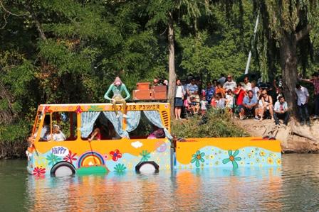 El descenso de los piratas por el Tajo atrae a millares de espectaores ansioso de fiestas.