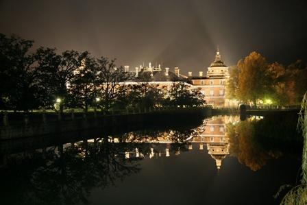 La noche aumenta el romanticismo de Aranjuez.