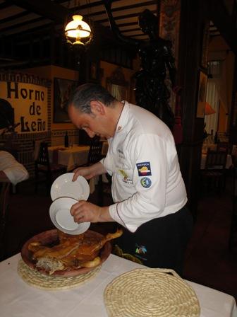 Javier rodriguez Troceando el clásico cochinillo.