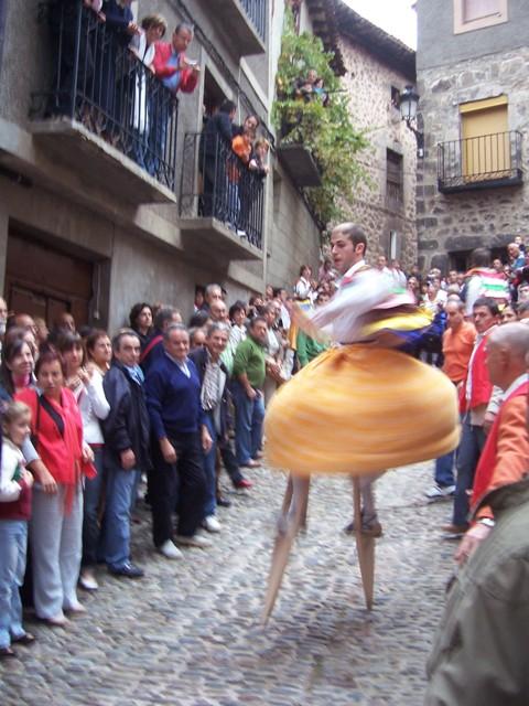 Los danzantes son la sensación de las fiestas de Anguiano.