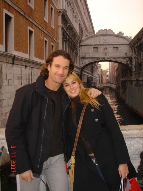Carlos Moyá, con su esposa Carolina Cerezuela en Venecia .con el famoso Puente de los Suspiros