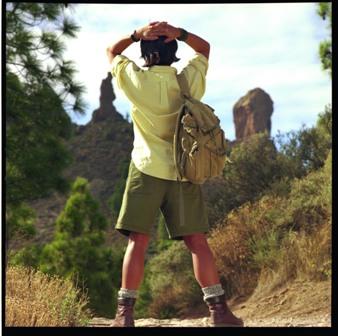 El excursionista contempla extasiado la imponente mole del Roque Nublo