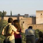 Rl mirador de San Nicolás es el lugar perfecto para disponer de una magnífica vista de la Alhambra. Suele estar repleto de turistas en busca de la foto perfecta al atardecer.