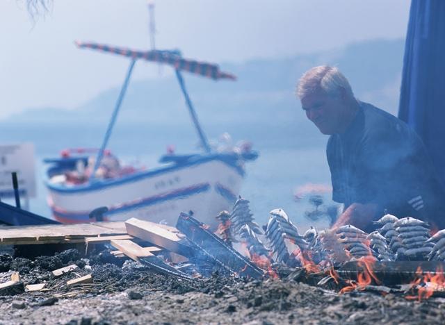 Asando sardinas y gambas en espeto