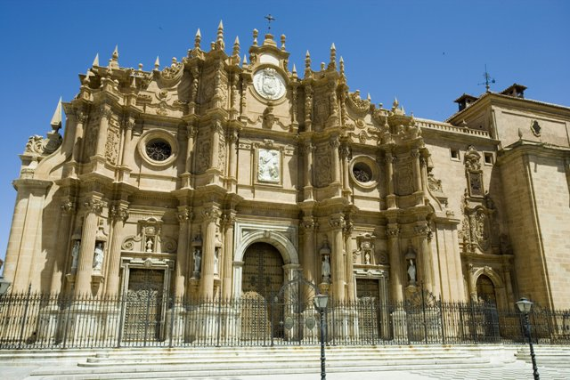 Guadis. Portada principal de la Catedral.