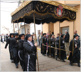 Casi toda la población participa en los actos procesionales de Híjar. (Foto cortesía del Ayto. de Híjar)