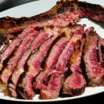 Una carne excelentemente asada, fileteada, lista para comer y disfrutar