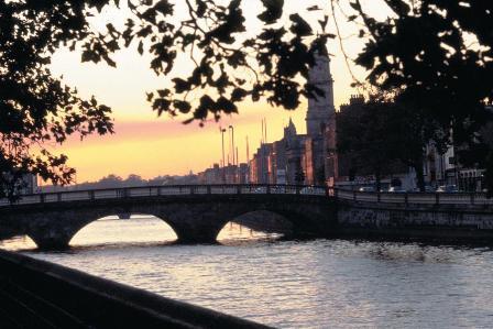 Dublín, puente sobre el río Liffey.
