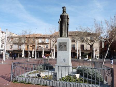 Escultura de Isabel la Católica en la Plaza Mayor de Medina del Campo.