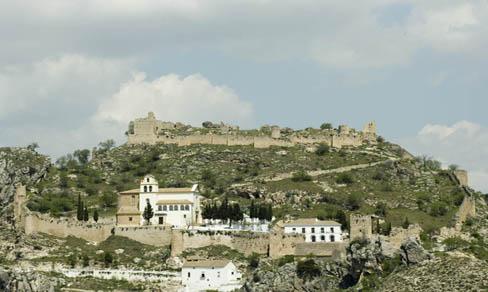 Moclín. En primer término iglesia de la Encarnación, y más arriba el castillo.
