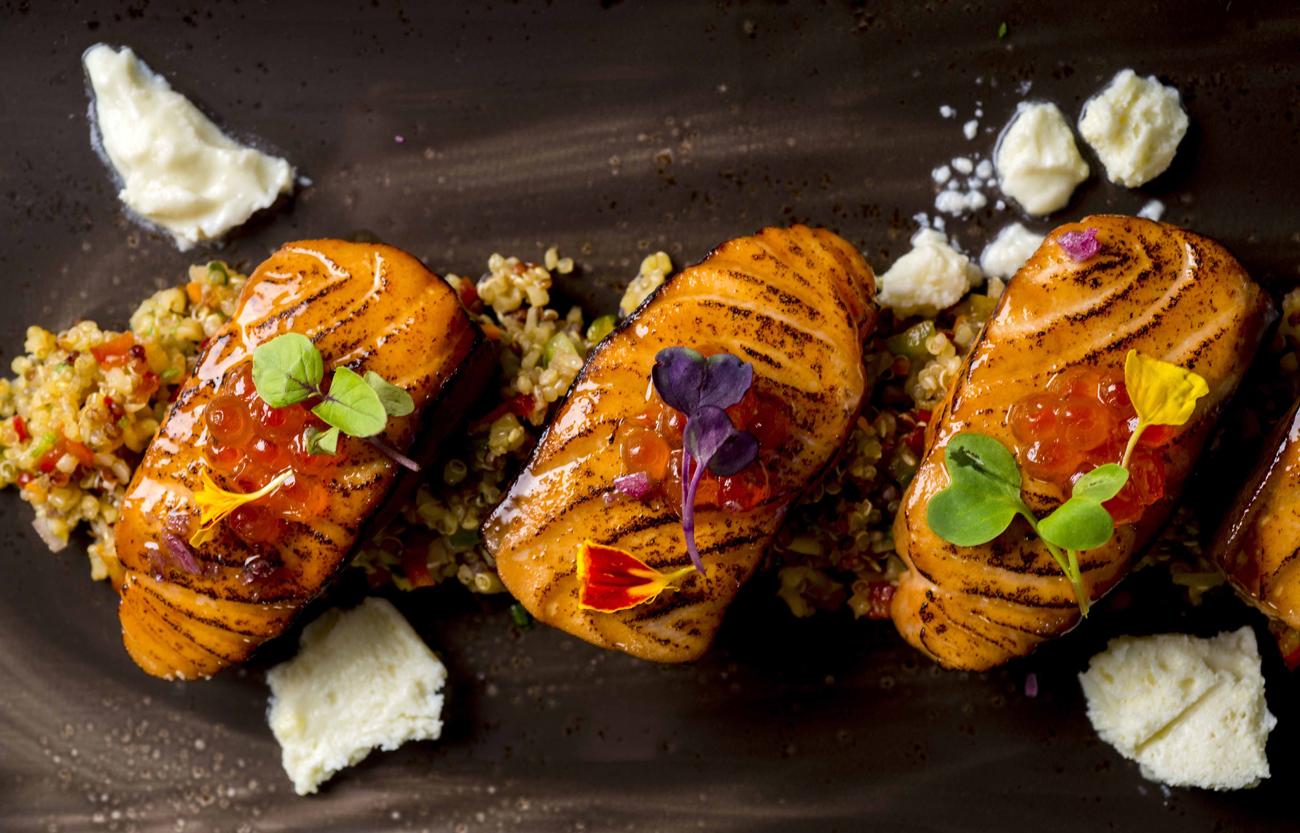 Salmòn a la llama sore ensalada de quinoa