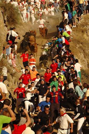 Especialmente popular y peligroso es el encierro de Falces en pleno campo. (Foto Archivo Turismo Reyno de Navarra)