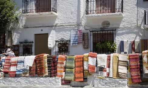 Arteasnía tadicional a la venta en las calles de Pampaneira.