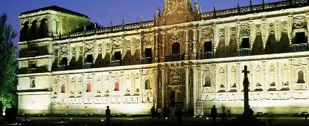 Impresionante portada del Parador de Turismo de León que da paso a un no menos importante establecimiento hotelero.
