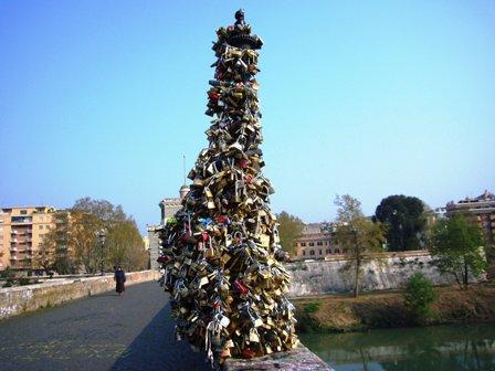 Miles de candados recuerdan y sellan el amor de quien los puso un día. ¿Seguirán aún vivos aquellos apasionados amores de cuando tiraros las llaves al río?
