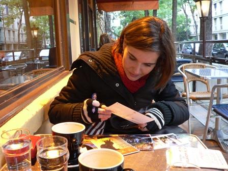 PARÍS. En una cafetería de Montmartre escribiendo postales, algo que jamás falta en mis viajes.