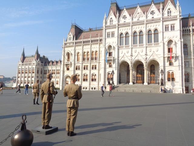 Relevo de la guardia en el Parlamento.