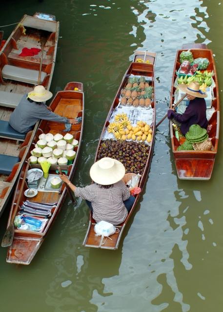 Ñps mercadillos fluviales pueden ser turísticos pero foprman parte de la vida cotidiana de los vecinos de la ciudad.