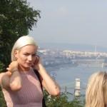 Belleza rumana en primer plano y al fondo el Danubio.
