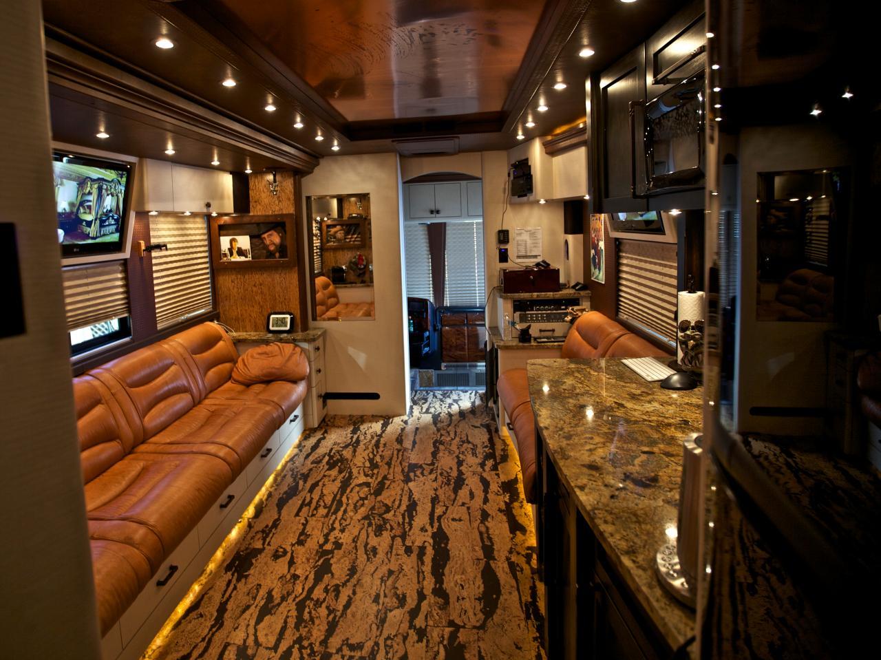 Vista parcial del bus caravana de Zac-Brown Band