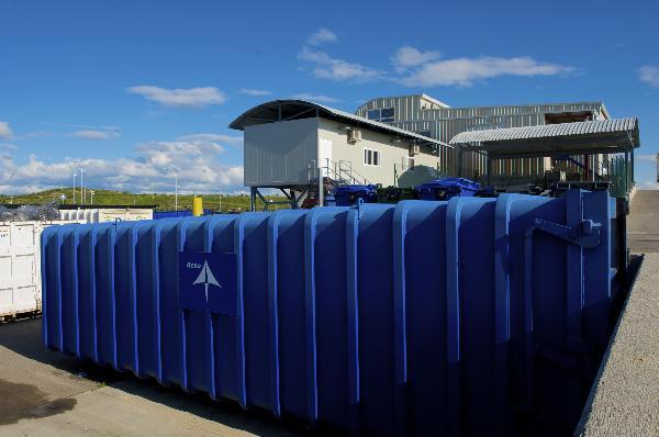 Contenedores de residuos en el aeropuert de Madrid Barajas Adolfo Suarez