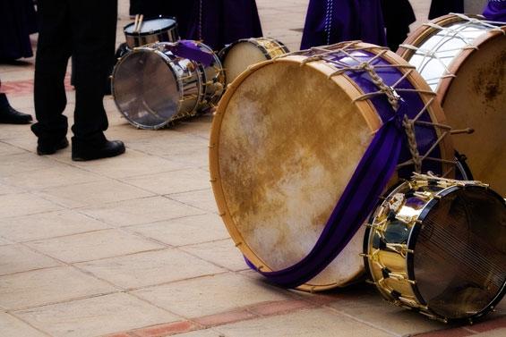 El tambor sale al encuentro del visitante en cualquier esquina. (Foto cortesía del Ayto. de Calanda)