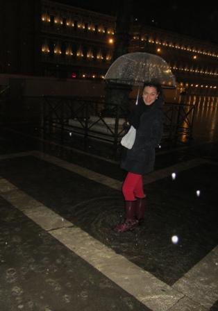 La Plaza de San Marcos, inundada. Como casi todos los años. Pero ni eso impidió que saliéramos a patearnos la ciudad de noche.