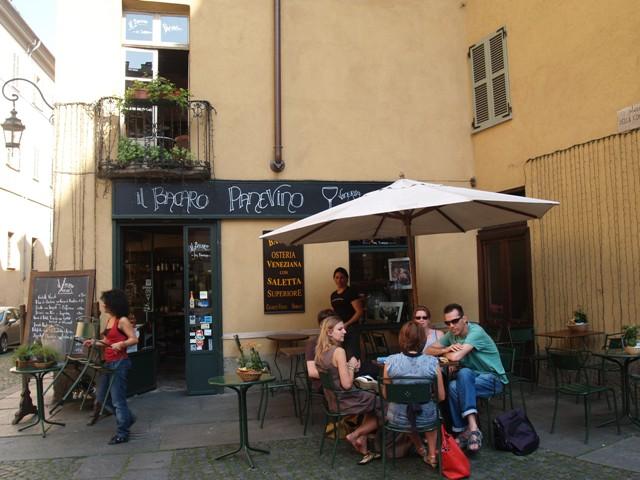 Uno de los miles rincones con los que se encuentra el viajero en Turín, ideal para la charla y el café.